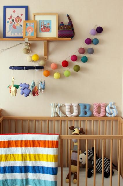 kolorowe cotton ball lights w pokoju dziecięcym