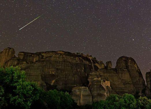 Csillaghullás Görögországban a Meteorák felett (Fotó: BABAK A. TAFRESHI) Forrás: Nat Geo